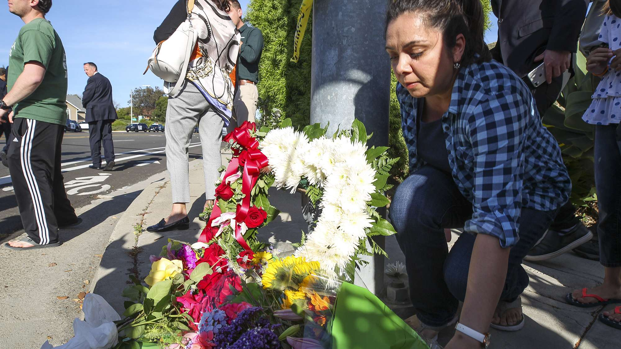 ieles deutet darauf hin, dass er bekennender Rechtsextremist ist. Die Menschen in der kalifornischen Stadt trauern gemeinsam.