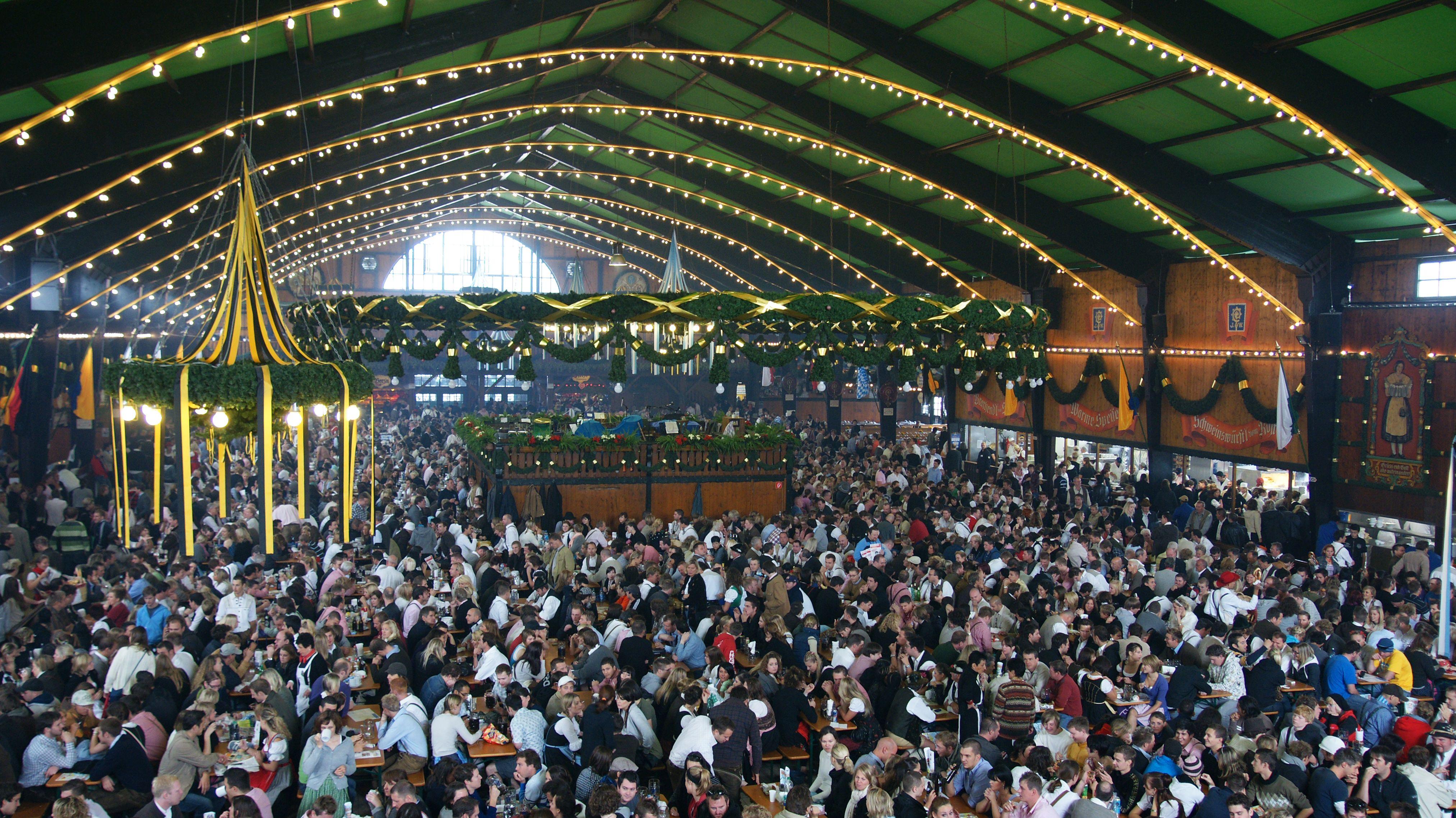 Oktoberfest: Menschenmassen im Inneren der Wiesenzelte