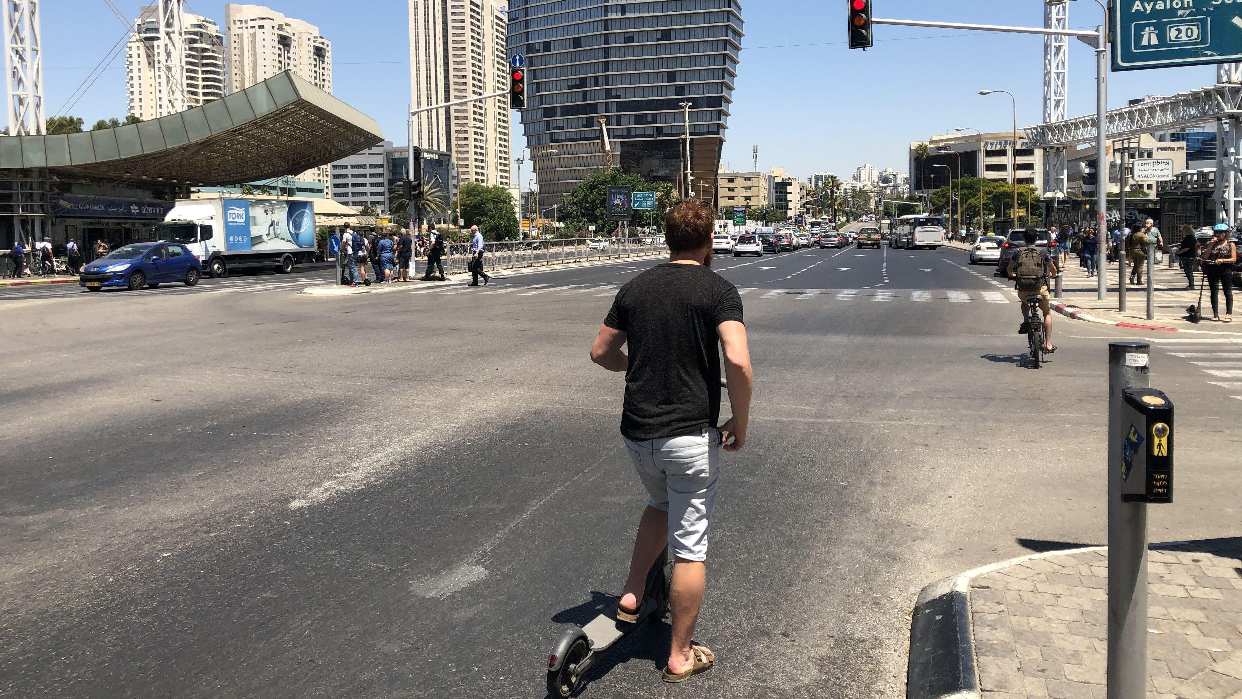 In Tel Aviv gilt für Fahrer von E-Scootern eigentlich eine Helmpflicht - aber viele halten sich nicht daran.