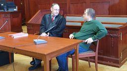 Der Angeklagte und sein Verteidiger im Gerichtssaal | Bild:BR/Ulla Küffner