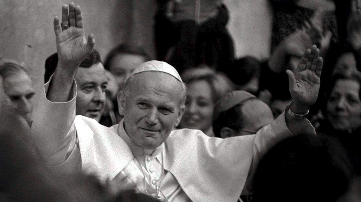 Papst Johannes Paul II. segnet mit erhobenen Händen die Menschen, die um ihn stehen