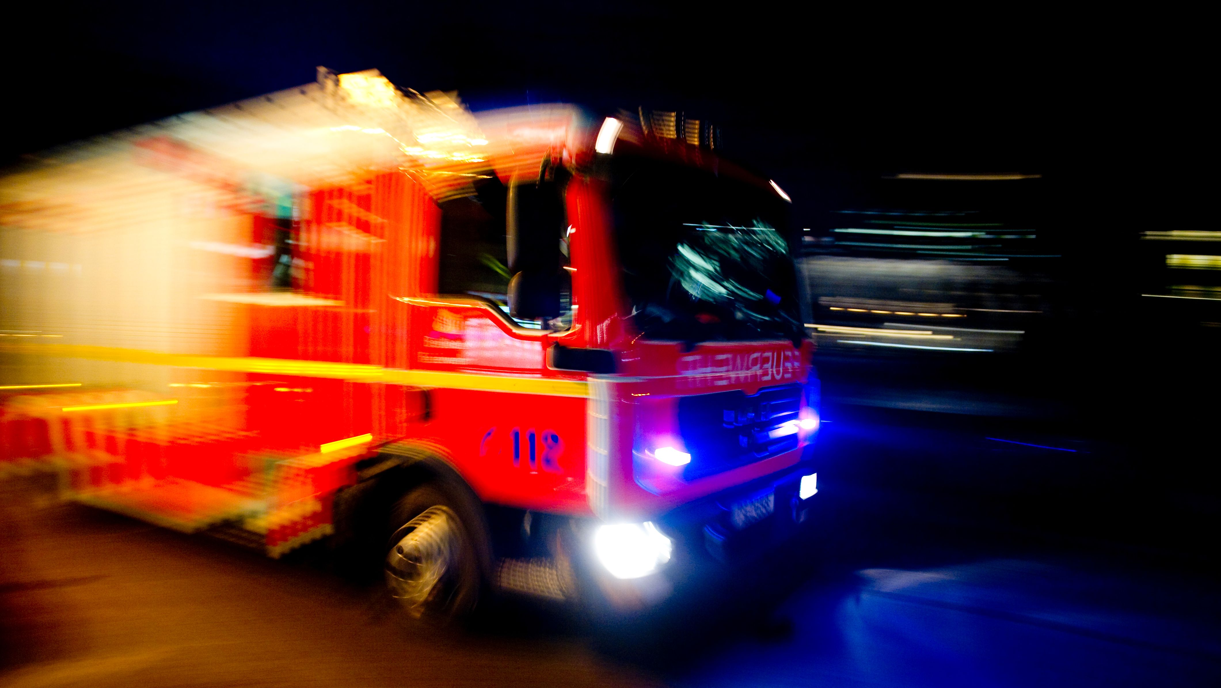 Feuerwehrfahrzeug bei nächtlichem Einsatz (Symbolbild)