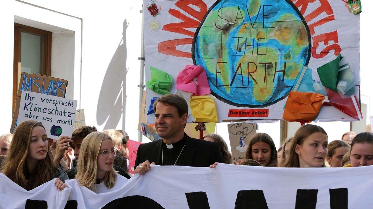 """Passauer Bischof Stefan Oster auf einer """"Fridays for Future""""-Demonstration"""