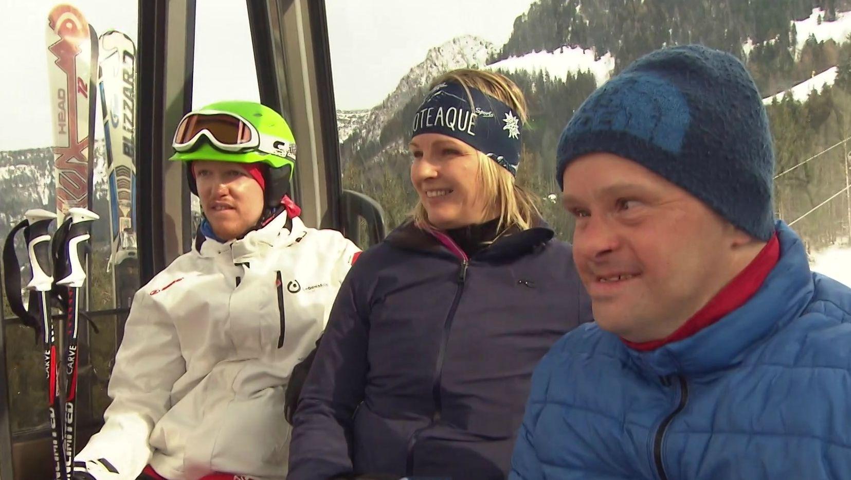 Hilde Gerg (Mitte) in der Gondel mit zwei Special-Olympics-Teilnehmern