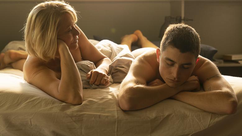 """Filmszene aus """"Königin"""": Die Schauspieler Gustav Lindh und Trine Dyrholm liegen nackt auf einem Bett"""