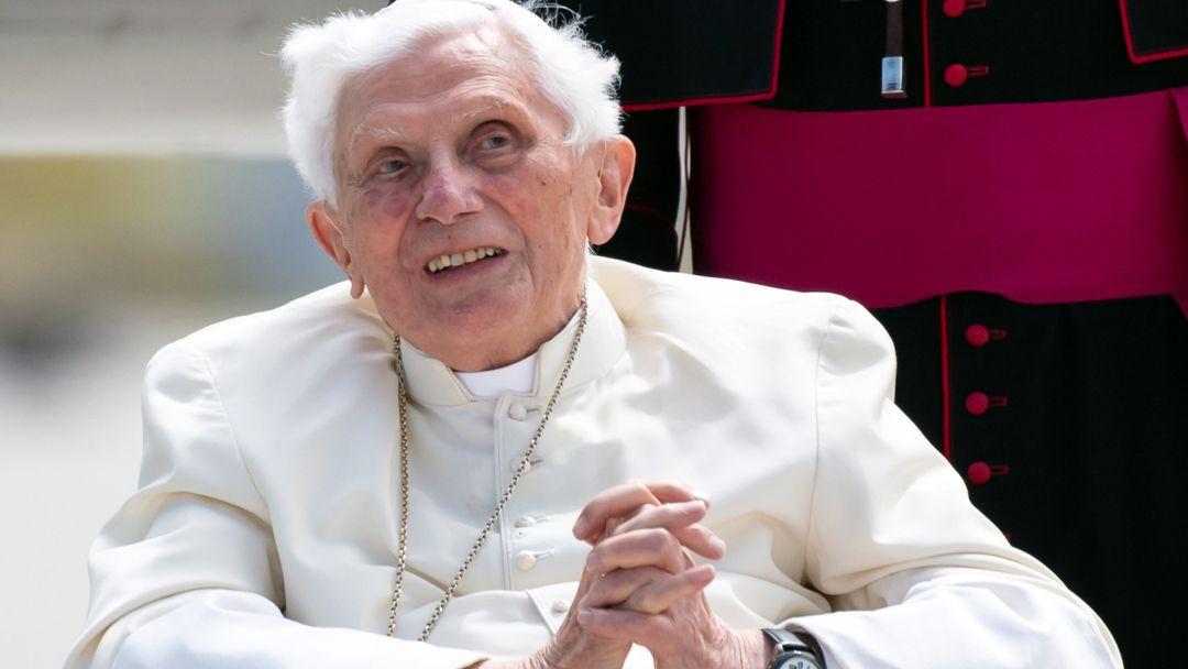 Der emeritierte Papst Benedikt XVI. kommt zu seinem Rückflug in den Vatikan am Flughafen an.  (Archivbild)