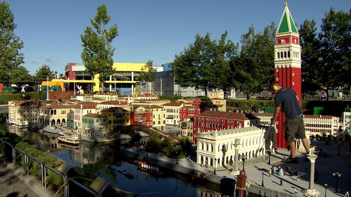 Ein Modellbauer im Legoland Günzburg
