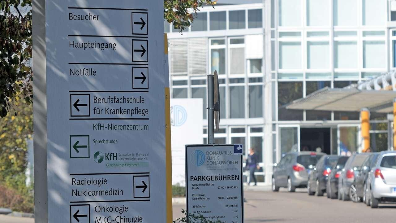 Ein Schild vor der Donau-Ries Klinik in Donauwörth weist auf die Eingänge hin