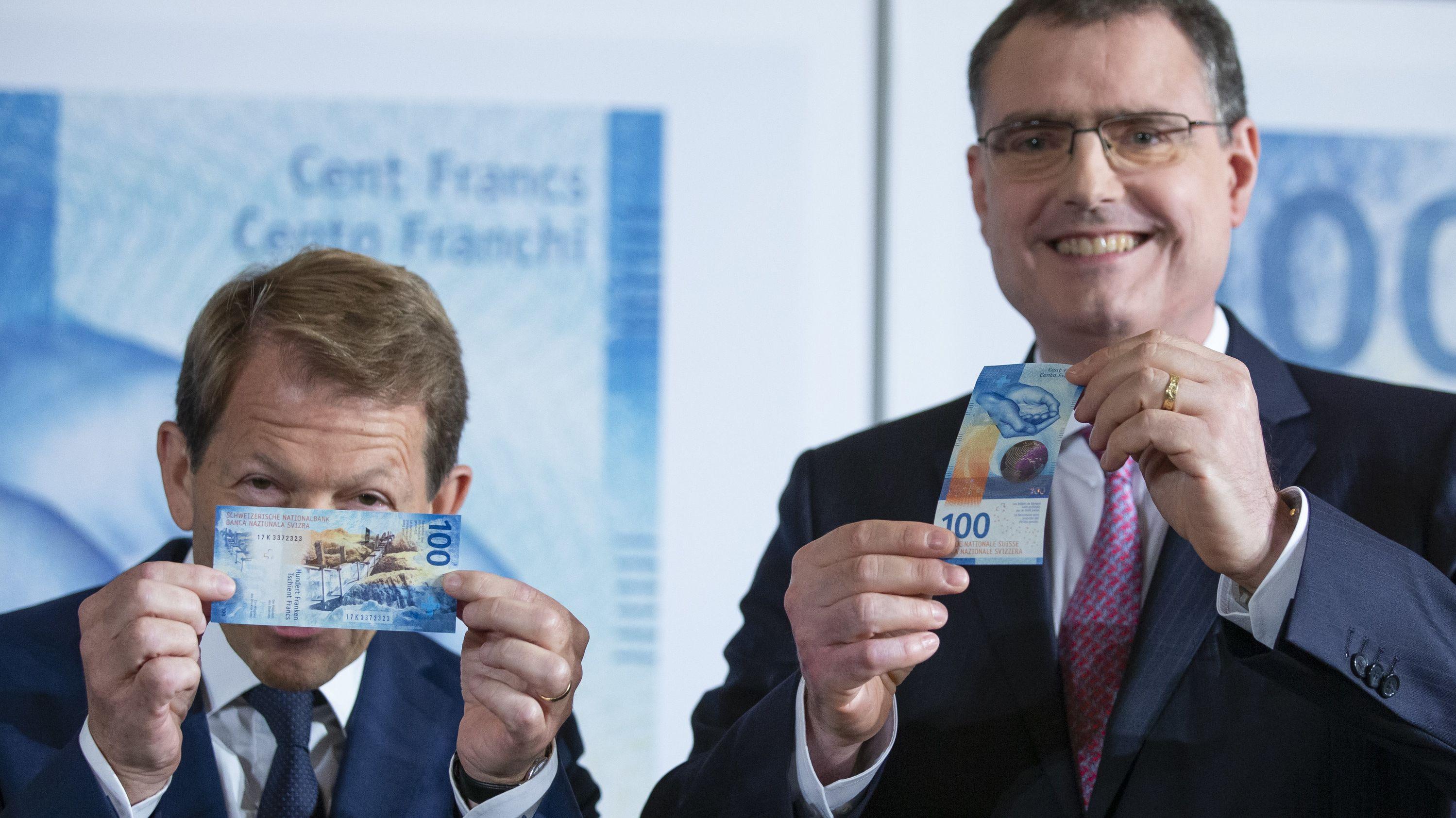 Thomas Jordan und Fritz Zurbrügg, Präsident und Vizepräsident der Schweizerischen Nationalbank, präsentieren die neue 100-Franken-Banknote