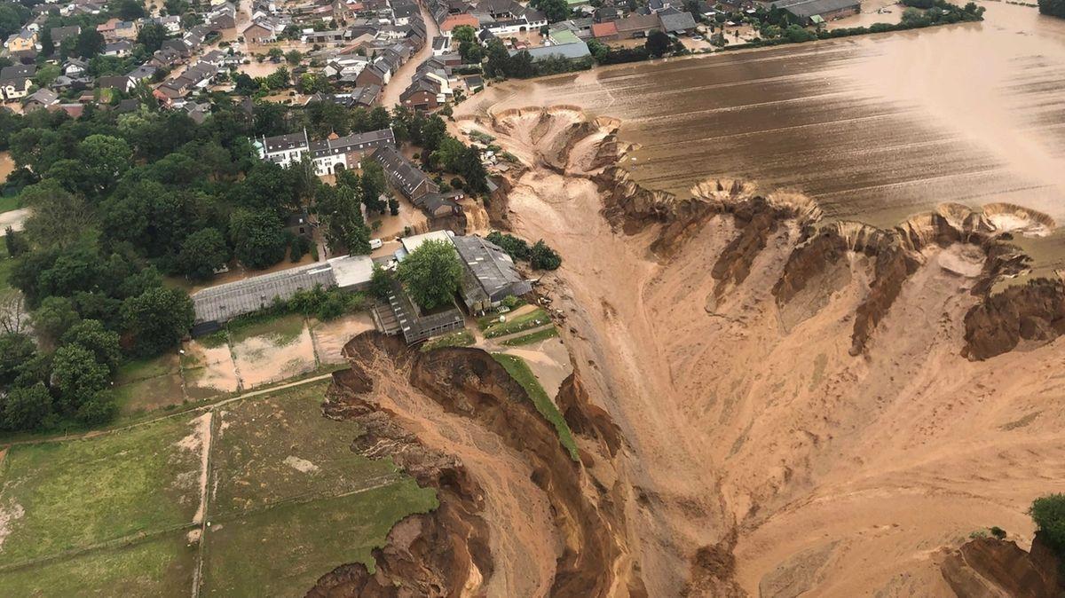 Hochwasser-Zerstörungen in Erftstadt-Blessem am 15.07.2021 nach Starkregen und Hochwasser. Das Wasser ist in eine Kiesgrube hineingeflossen und führt zu massiver Erosion, die einen ganzen Ort bedroht.
