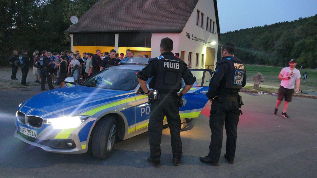 """Polizisten stehen bei einer Hass-Demo gegen den Youtuber """"Drachenlord"""" in Emskirchen."""