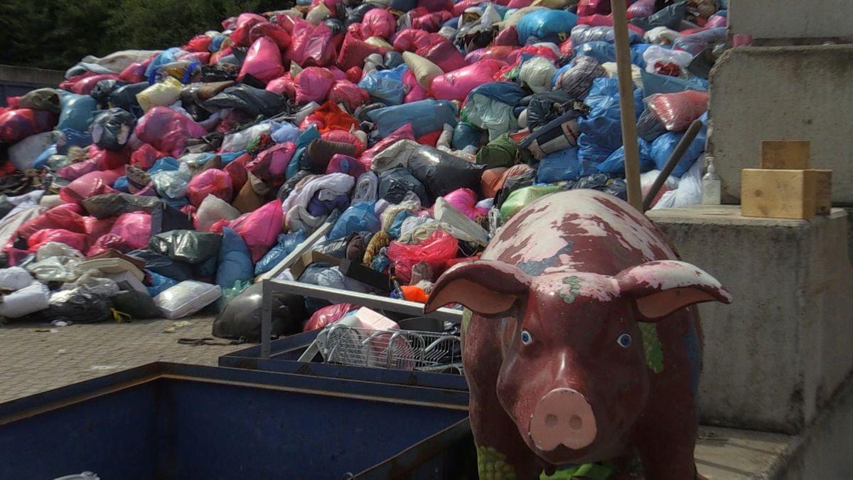 Die Müllberge mit Altkleidern stapeln sich in den Recyclingfirmen.