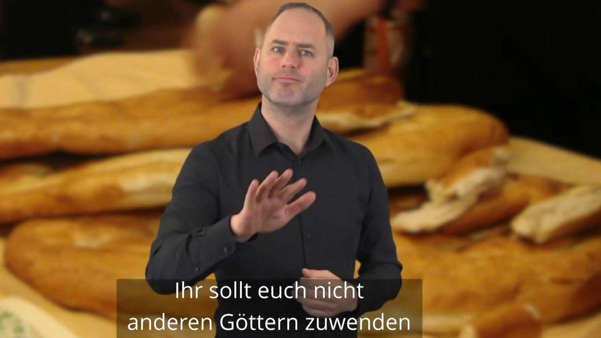 Der gehörlose Dolmetscher Kilian Knörzer übersetzt Bibeltexte