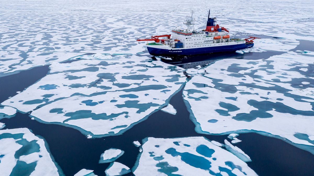 """Forschungsschiff """"Polarstern"""" zwischen Eisplatten"""