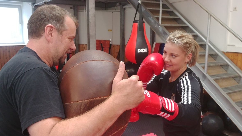 Boxerin Marie Retzer trainiert mit ihrem Vater Harald in Nürnberg.