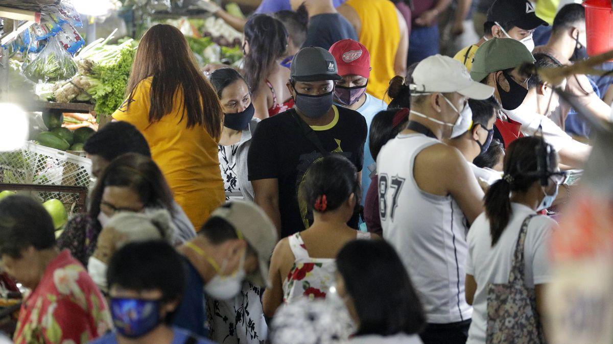 Menschen mit Mundschutz auf einem philippinischen Markt