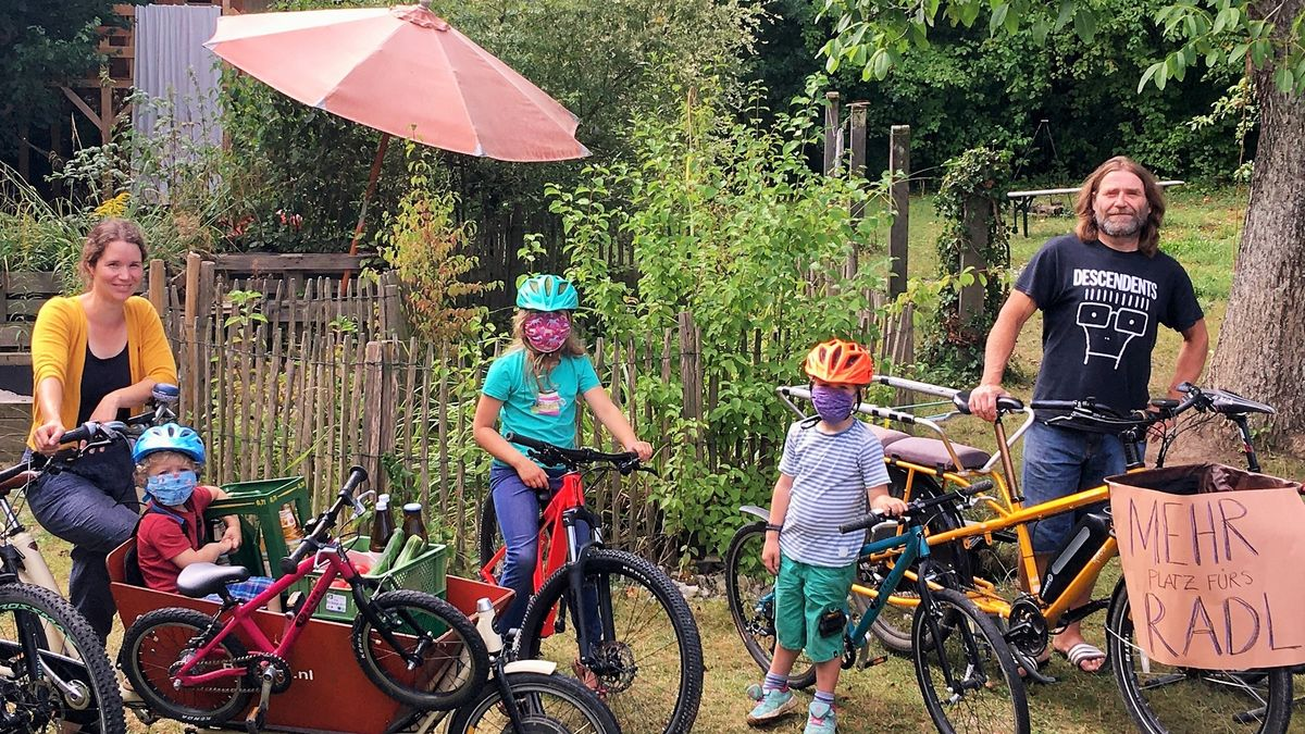 Familie mit ihren Fahrrädern