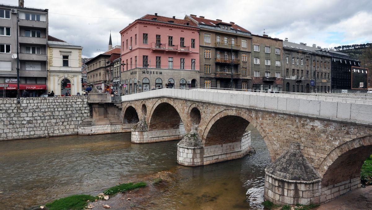 Bosnien und Herzegowina Hauptstadt: Sarajevo Einwohner: 3.791.622 (2013) Amtssprachen: Bosnisch, Serbisch, Kroatisch Währung: Marka (BAM)