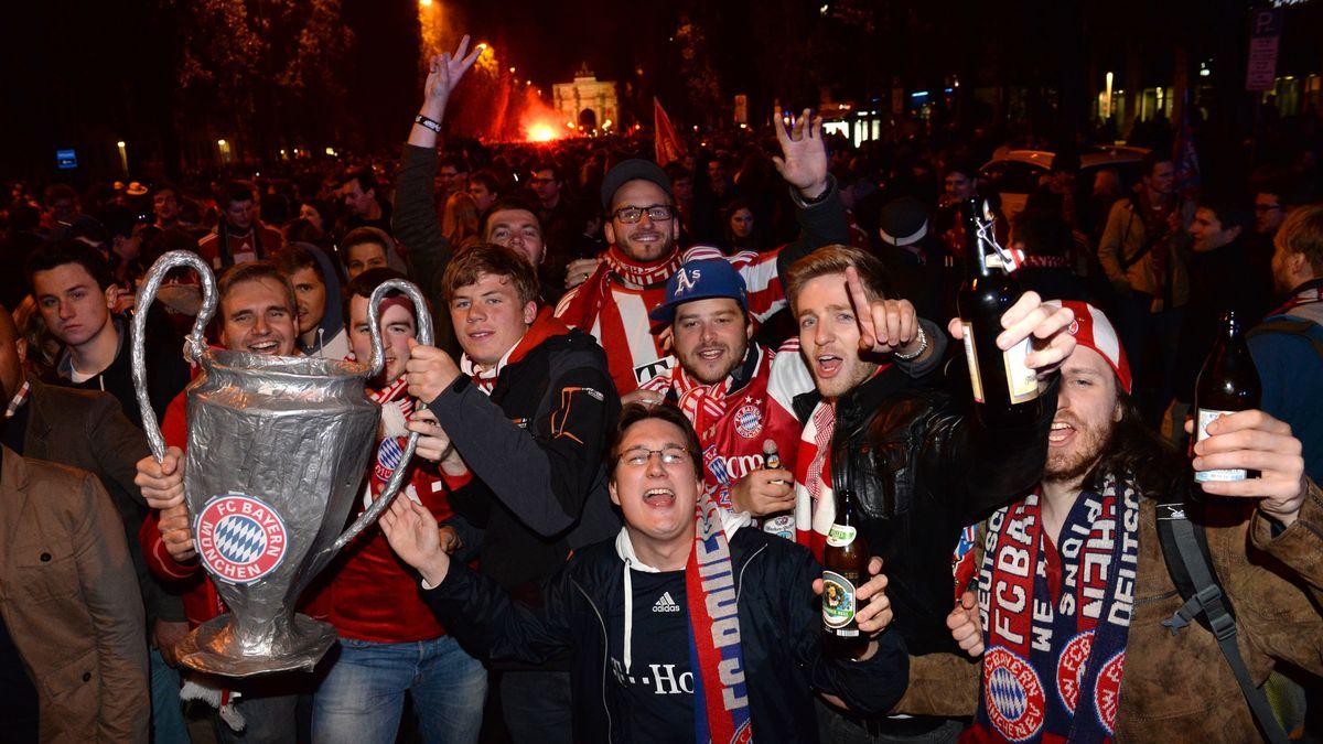 Fans des FC Bayern feiern 2013 auf der Münchner Leopoldstraße den Champions League Sieg.