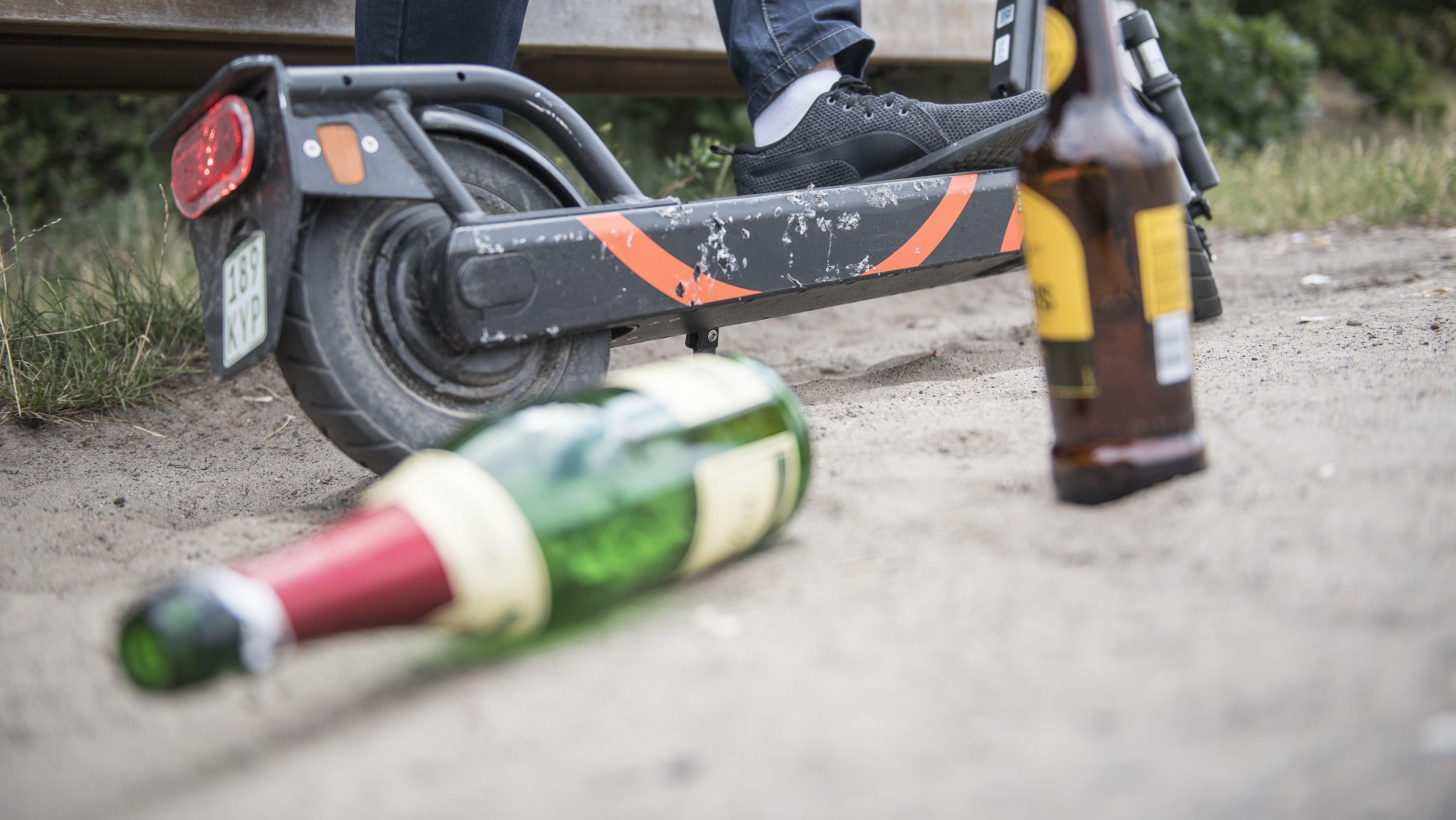Ein Mann sitzt alkoholisiert vor einem gemieteten E-Scooter (Symbolbild).