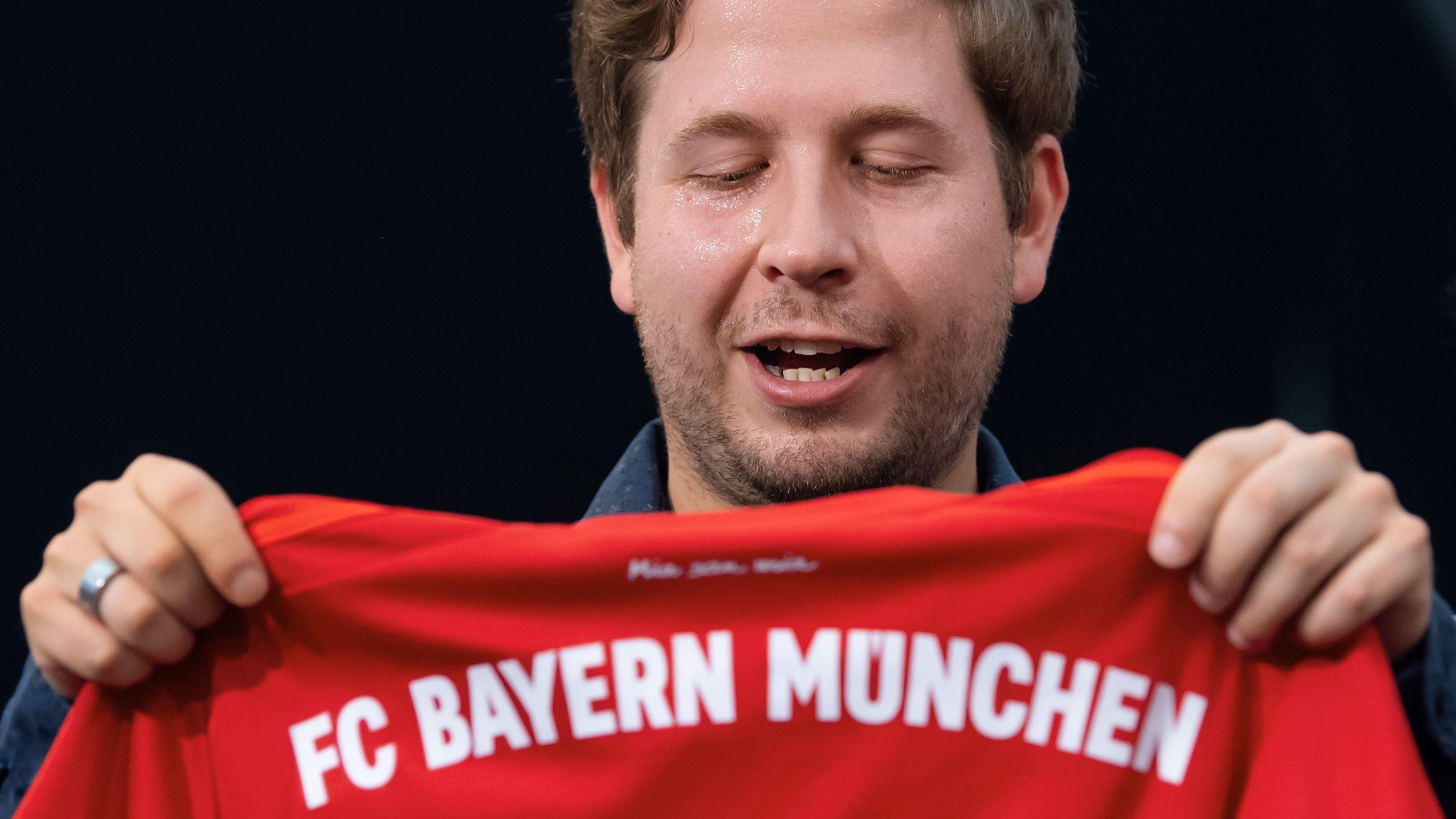 Juso-Chef Kevin Kühnert bekommt nach seiner Rede beim politischen Frühschoppen ein Trikot vom FC Bayern München geschenkt.