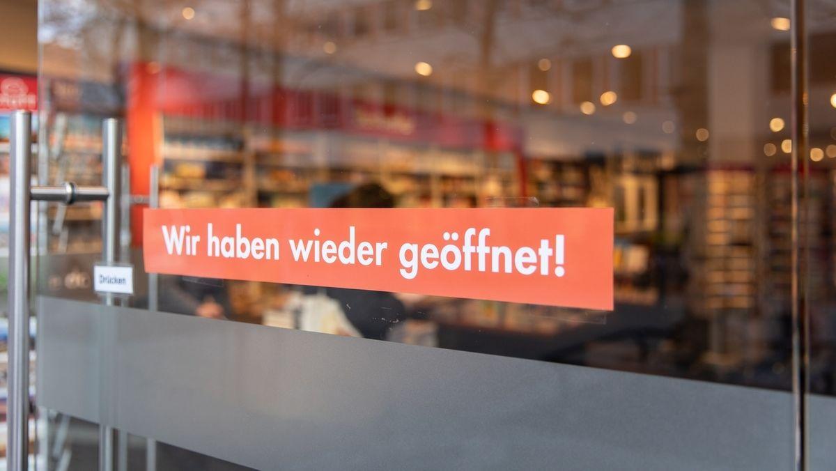 """Ladentüre mit der Aufschrift """"Wir haben wieder geöffnet!"""""""