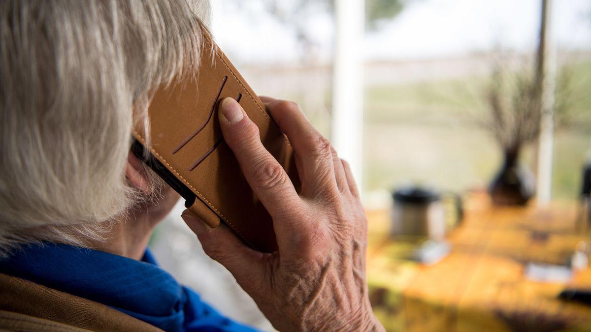 Eine Rentnerin telefoniert mit ihrem Smartphone (Symbolbild).