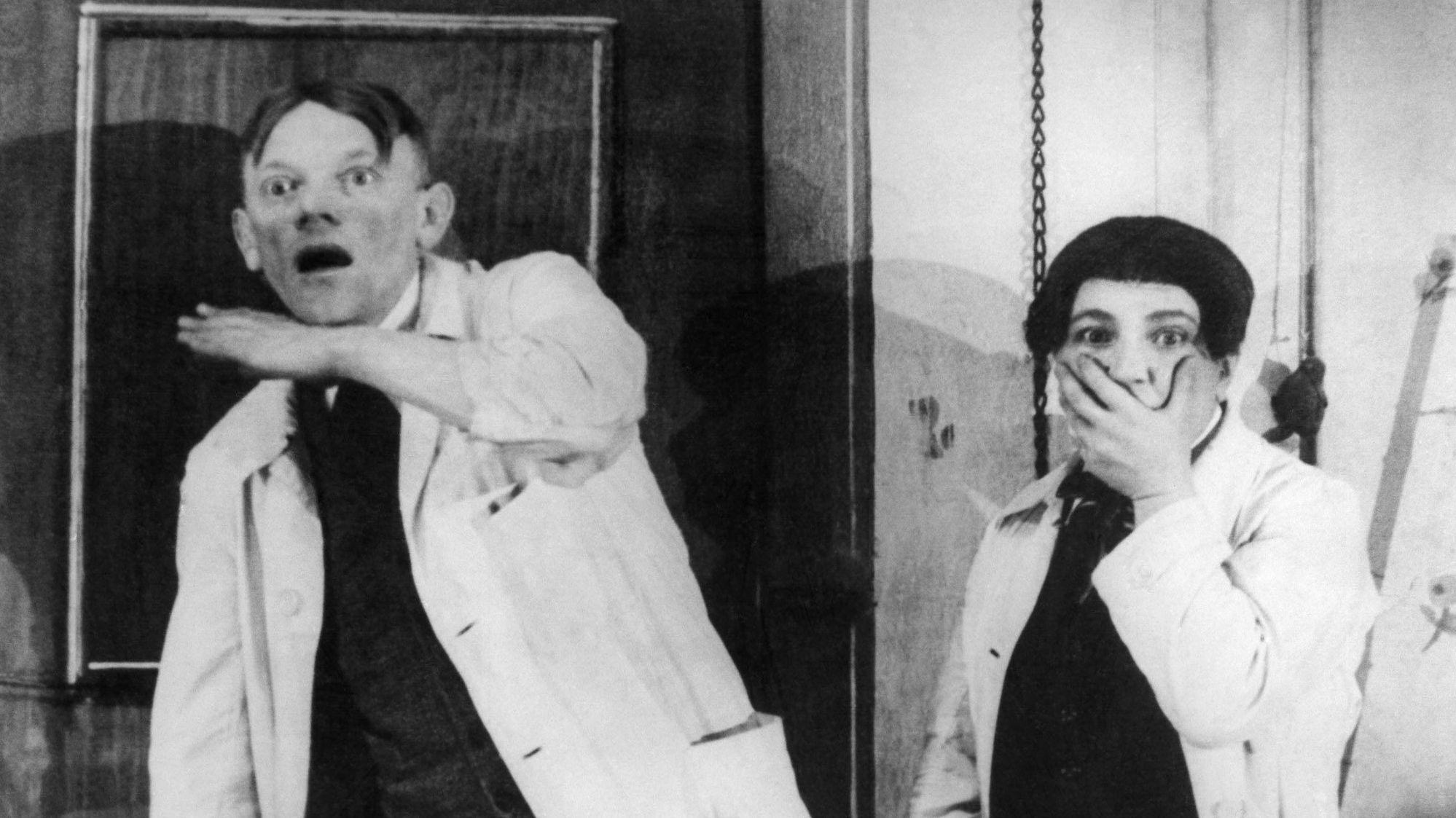 Karl Valentin und Liesl Karlstadt schauen erschreckt