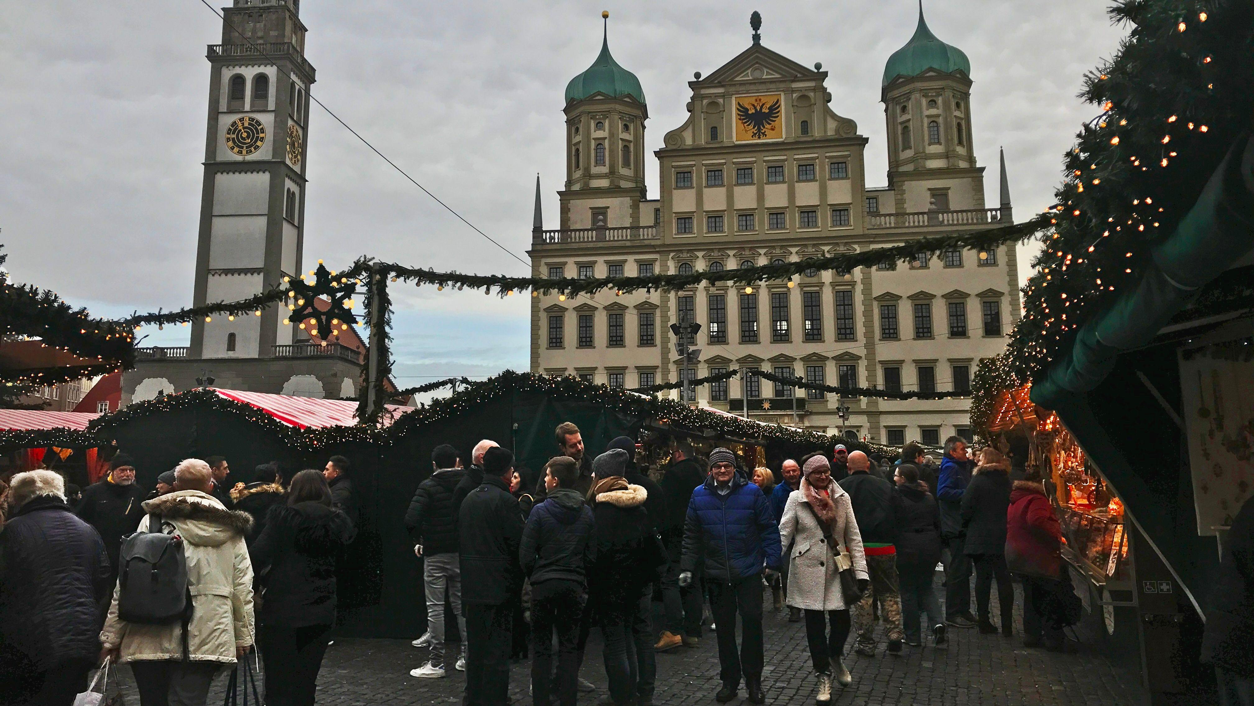 """Grau, aber """"weihnachtsmarkttauglich"""": Der Augsburger Christkindlesmarkt zieht eine positive Bilanz, auch wegen des Wetters."""