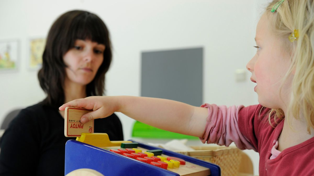 Eine Logopädin übt mit einem Mädchen sprechen. (Archivfoto)