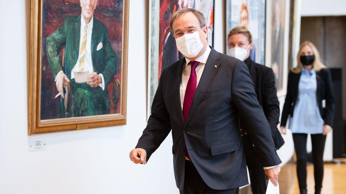 25.10.21: Armin Laschet (CDU), Ministerpräsident von Nordrhein-Westfalen, geht im Landtag zum Landtagspräsidenten um sein Amt niederzulegen.