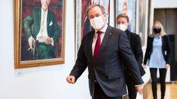 25.10.21: Armin Laschet (CDU), Ministerpräsident von Nordrhein-Westfalen, geht im Landtag zum Landtagspräsidenten um sein Amt niederzulegen.   Bild:pa/dpa/Marius Becker