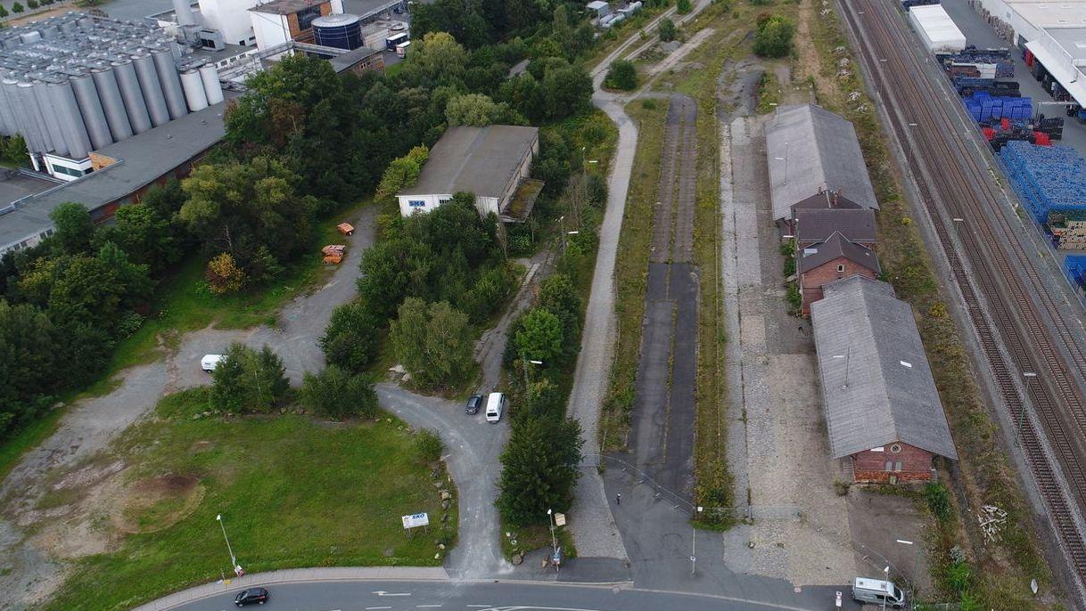 Aus der Vogelperspektive ist das Gelände des ehemaligen Güterbahnhofs zu sehen, rechts daneben die Gleisanlagen.