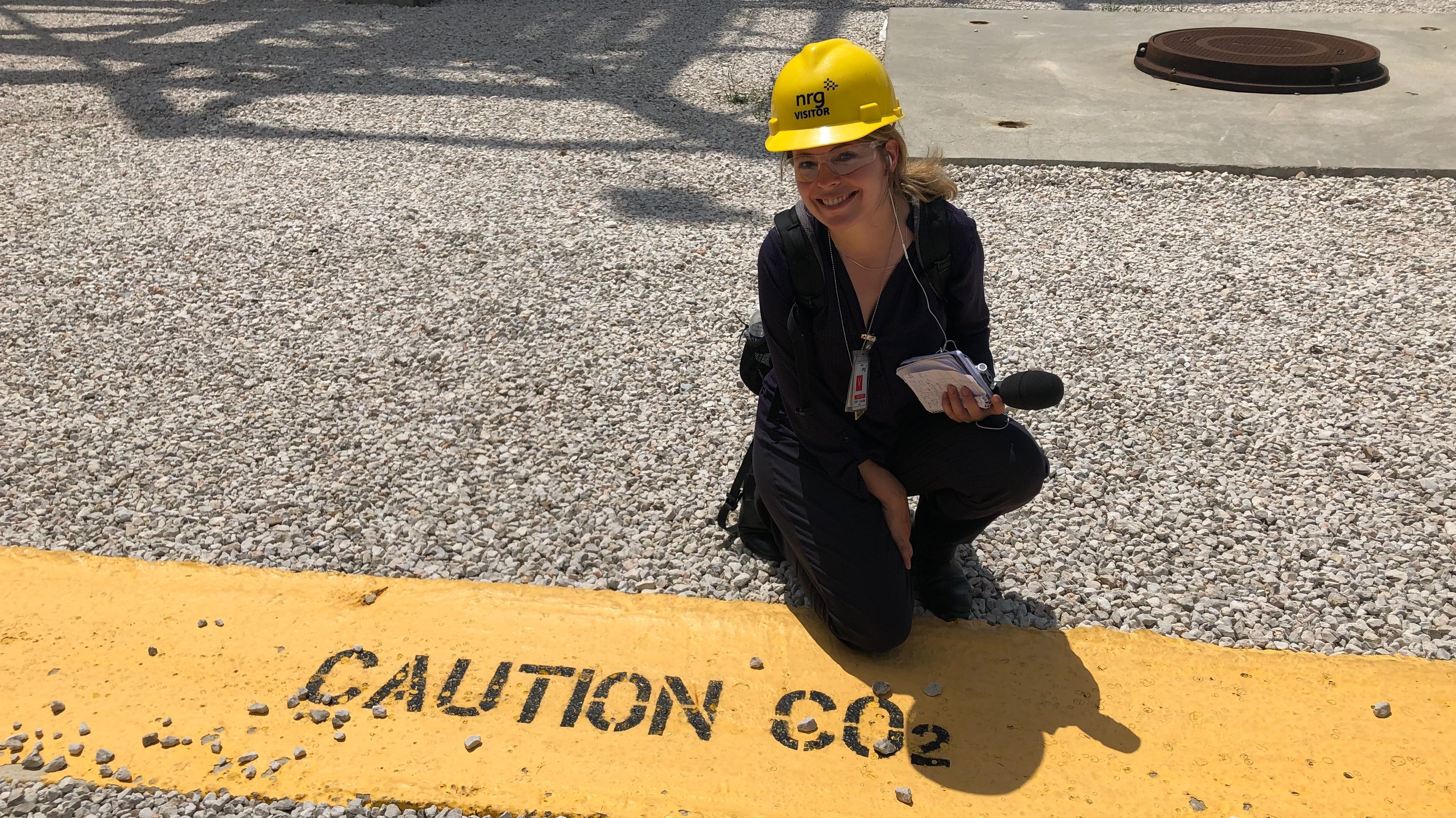 Reporterin Bettina Meier auf dem Gelände des Freeport LNG Terminals in Freeport, Texas.