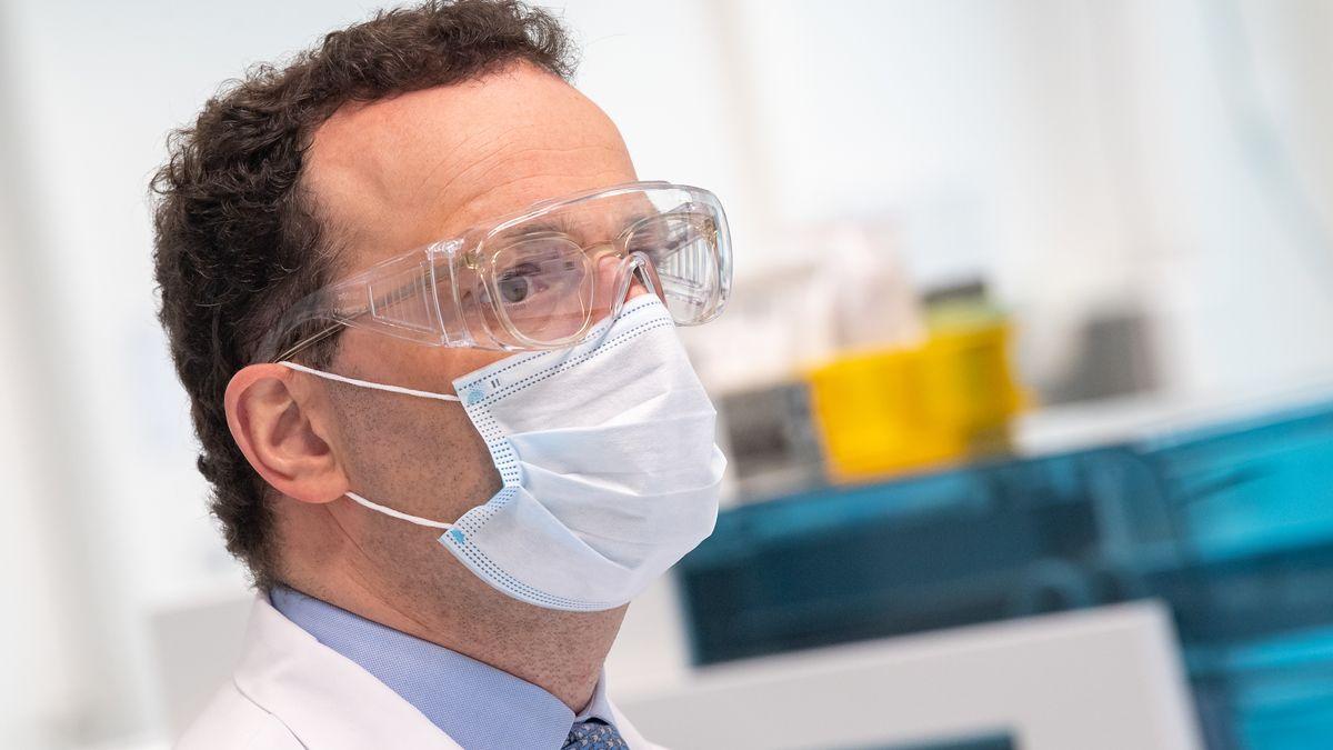 Bundesgesundheitsminister Jens Spahn mit Mundschutz und Schutzbrille
