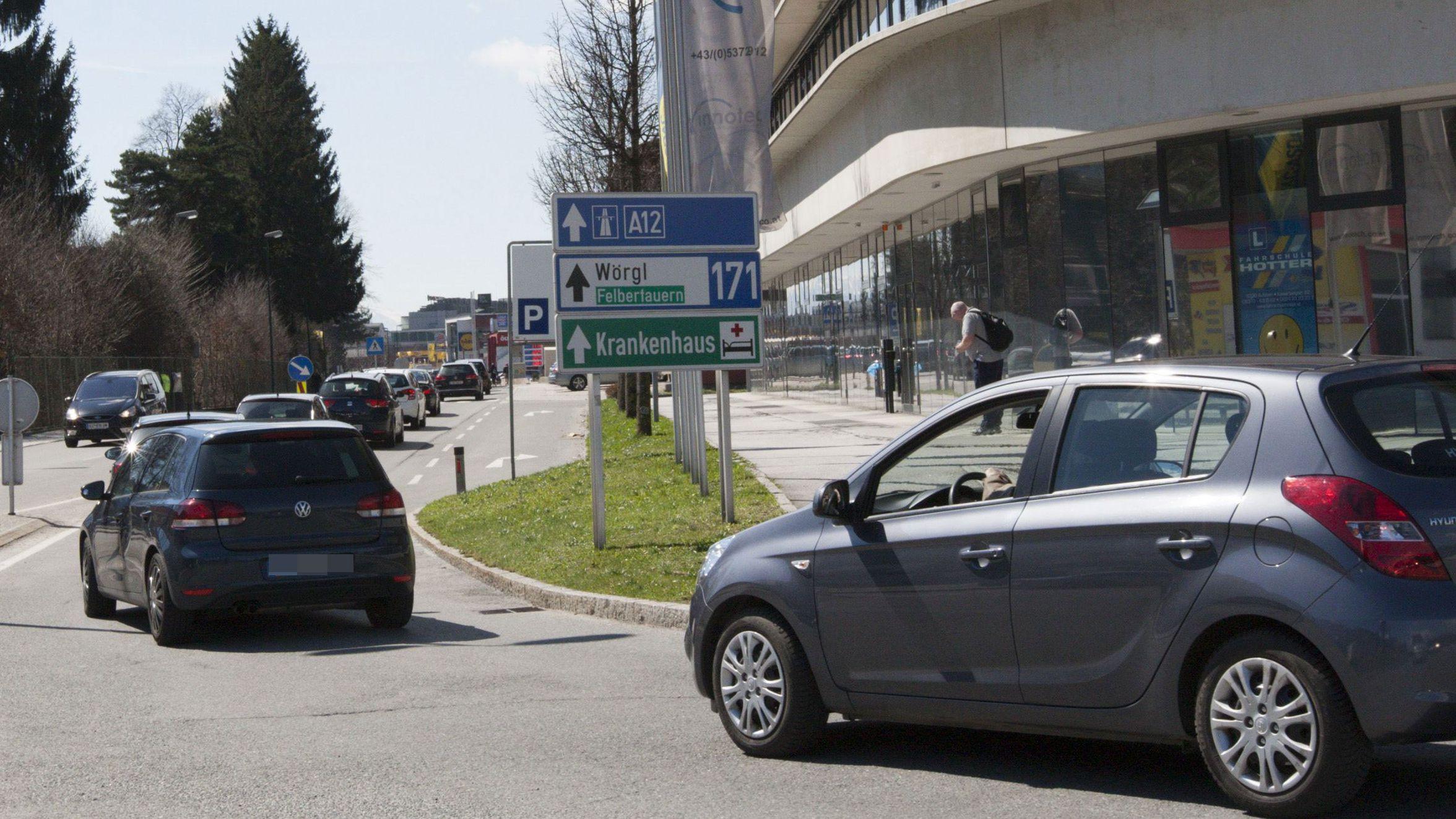 Stau auf einer Autobahn-Ausweichstraße in Kufstein
