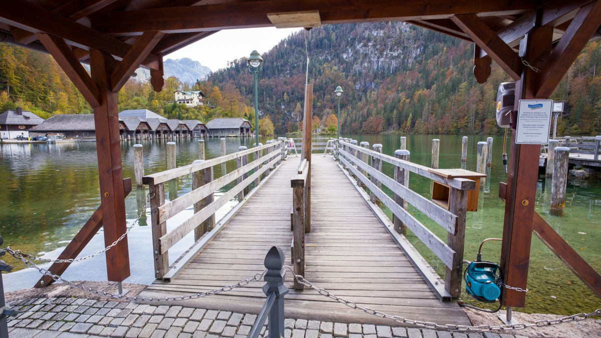 Ein leerer Steg der Königssee-Schifffahrt in Schönau am Königssee.