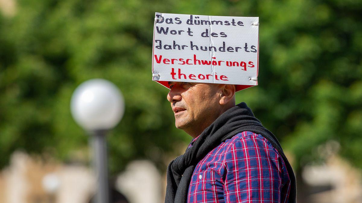 Mann mit selbstgebasteltem Hut auf AfD-Demonstration auf dem Stuttgarter Schillerplatz am 24.05.2020