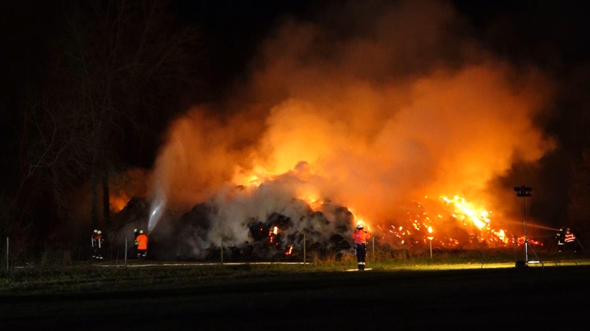Feuerwehr löscht Großbrand von etwa 1.000 Strohballen