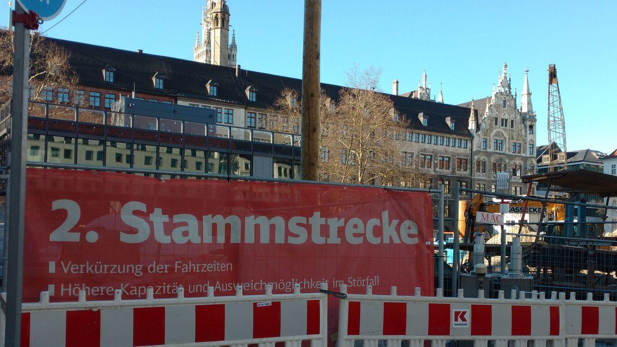 Schild mit zweiter Stammstrecke hinter Bauzaun am Münchner Marienhof