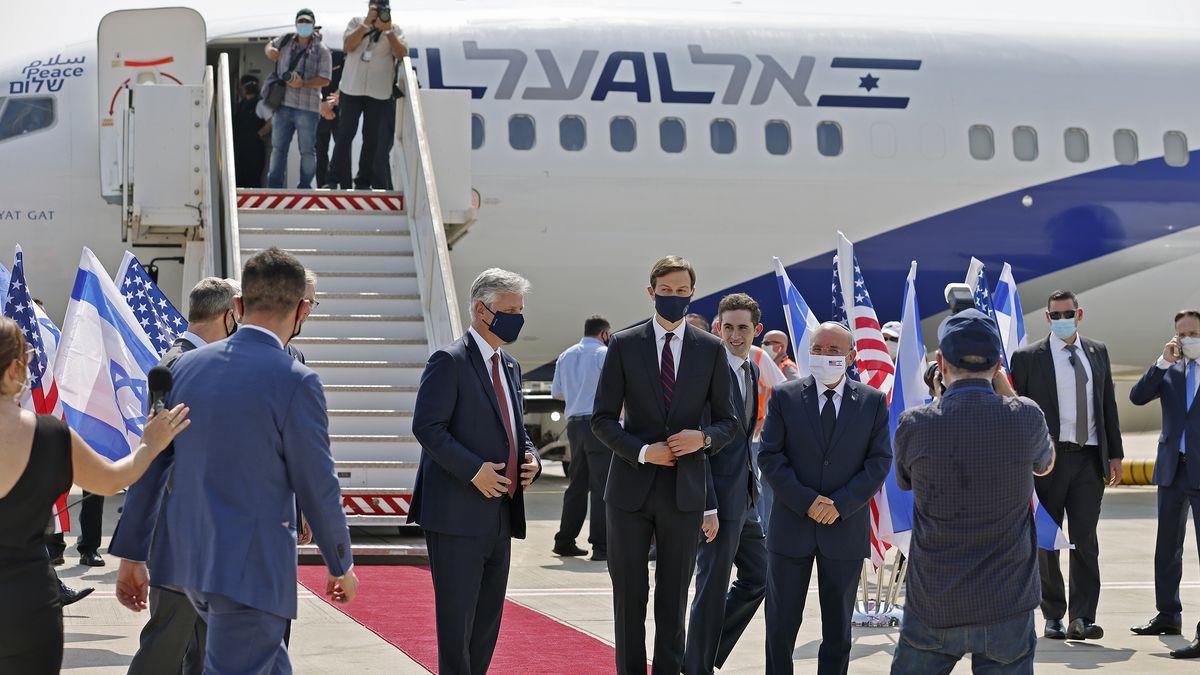 US-Gesandte Jared Kushner und Robert O'Brien (C-L) mit Teilnehmern der Israelisch-Amerikanischen Delegation vor dem Flug von Tel Aviv nach Abu Dhabi,
