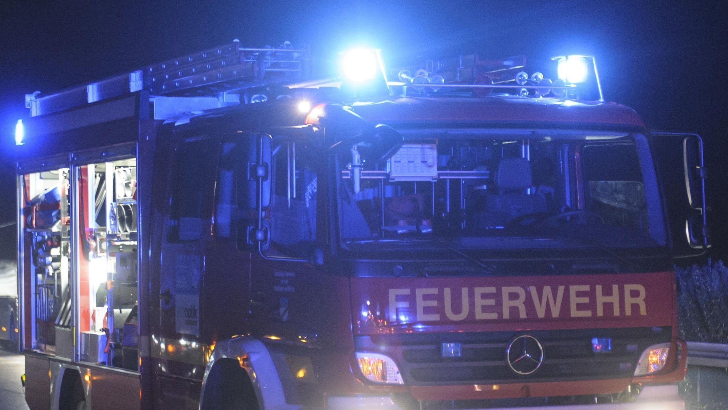 Feuerwehrfahrzeug in der Nacht