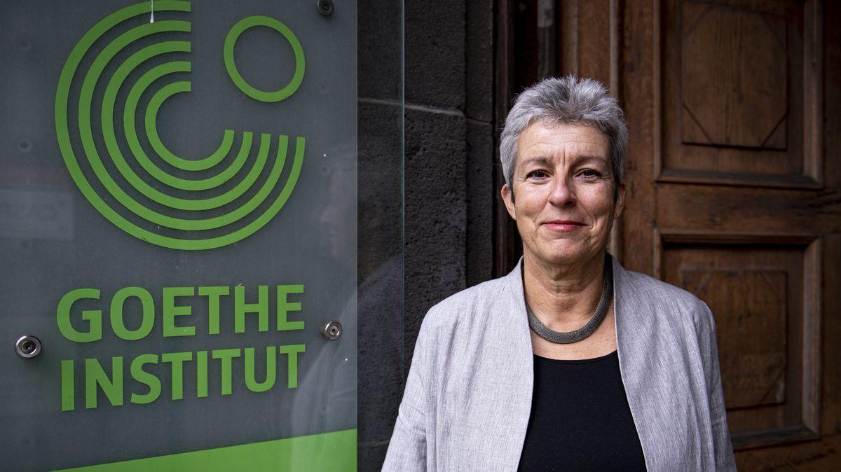 Die neue Leiterin Carola Lentz vor dem Eingang zum des Goethe-Institut