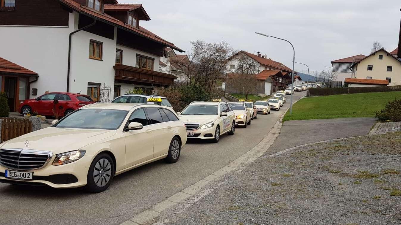25 Taxifahrer beteiligten sich an der Demonstration in Viechtach.