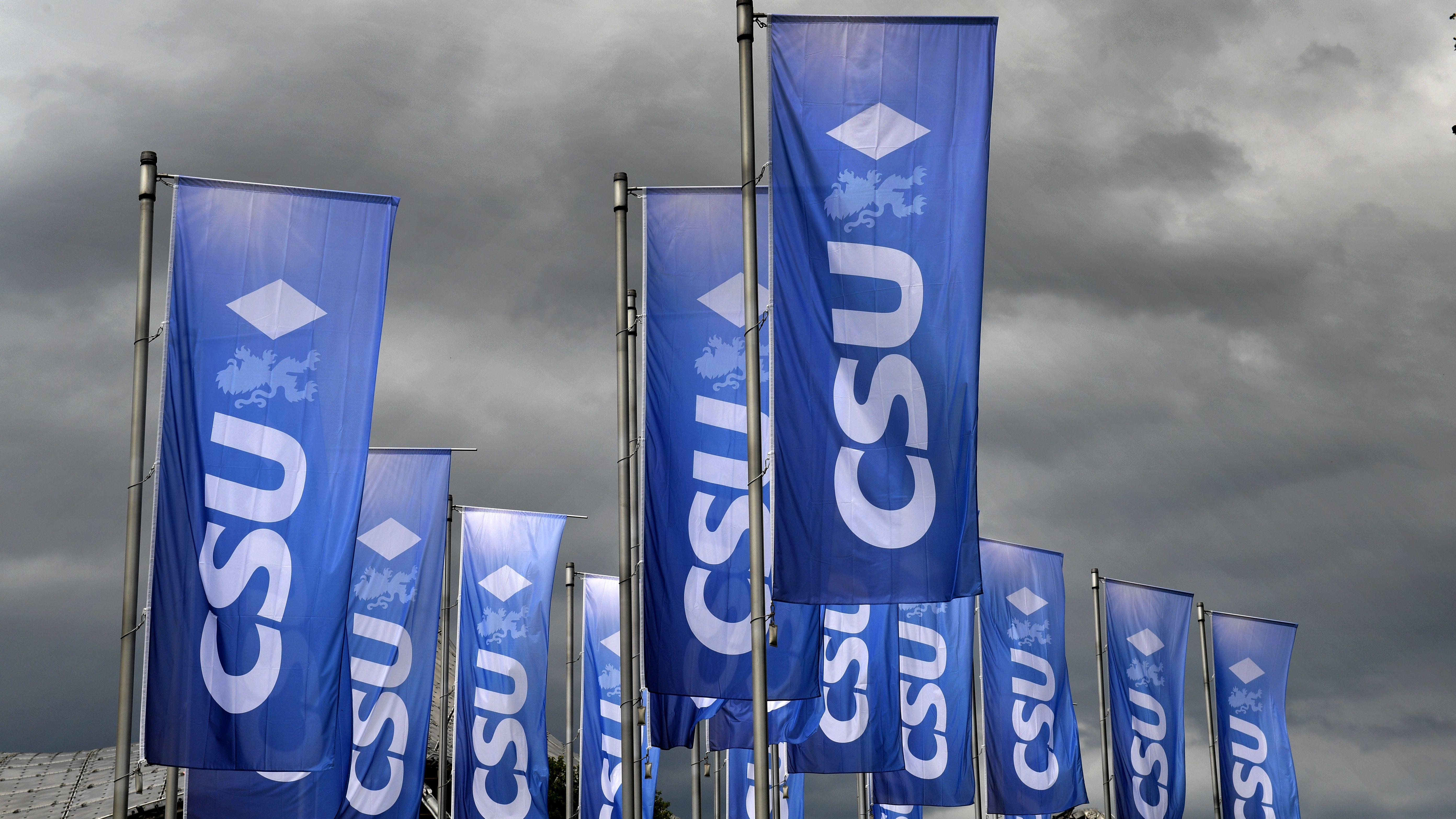 CSU-Fahnen, darüber ein Gewitter-Himmel.