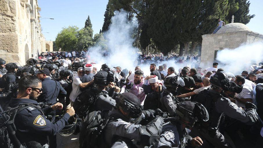 Jerusalem: Israelische Polizisten gehen auf dem Gelände der der Al-Aksa-Moschee gegen palästinensische Muslimen vor. Auf dem Tempelberg ist es nach Angaben der israelischen Polizei zu Ausschreitungen gekommen.