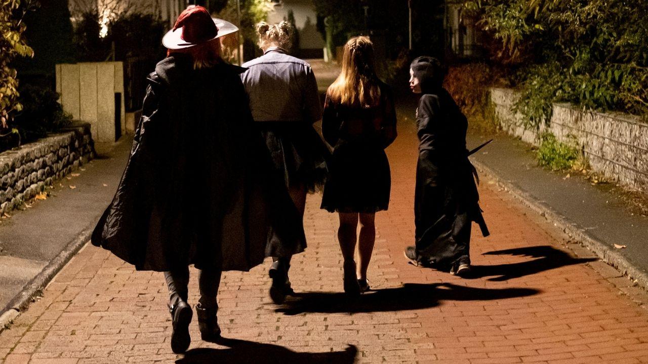 Halloween an Türen klingeln