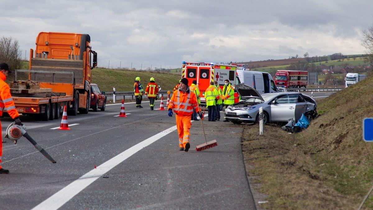 Einsatzfahrzeuge stehen an der Unfallstelle.