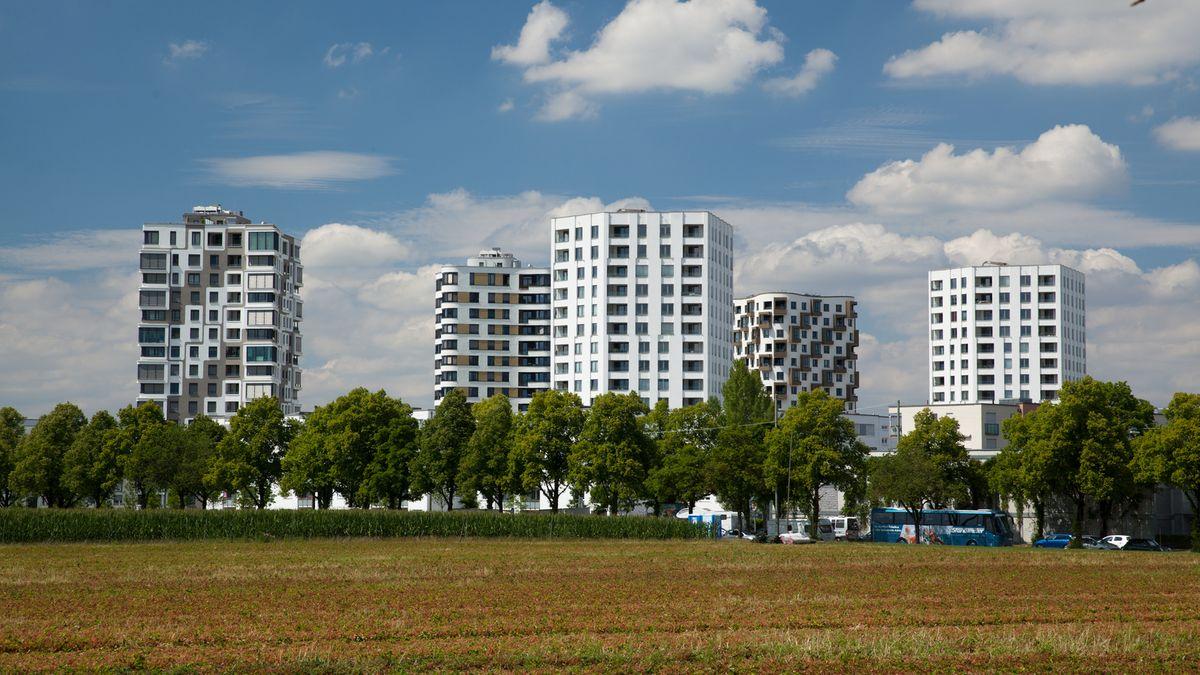 """Hochhäuser am Stadtrand von München im Stadtquartier """"Südseite""""."""