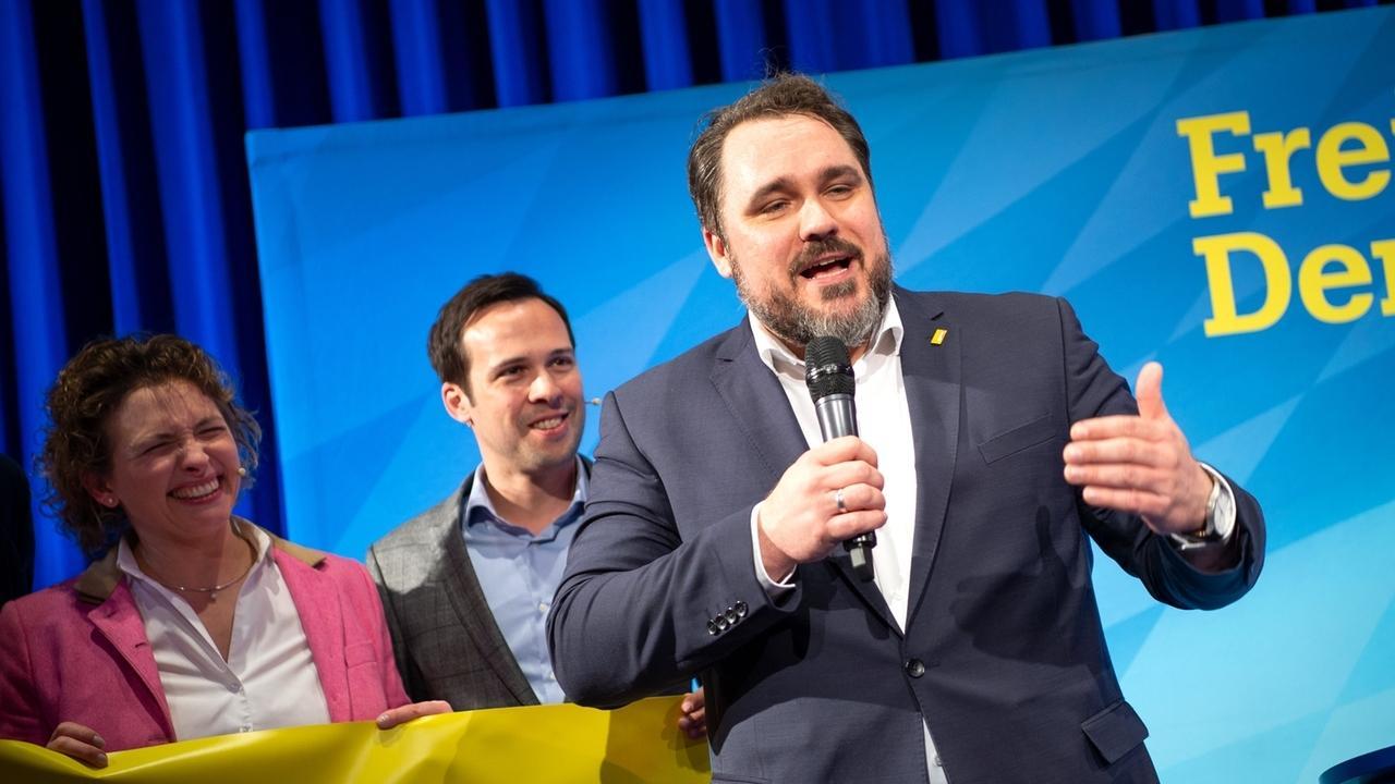 FDP-Landesvorsitzender Daniel Föst mit Nicola Beer,  Spitzenkandidatin der FDP bei der Europawahl und Martin Hagen, Vorsitzender der FDP-Landtagsfraktion, beim Politischen Aschermittwoch in Dingolfing